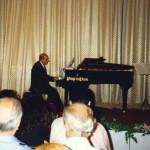 Filippo suona il pianoforte durante un suo concerto. Foto scattata nel Teatro del Grand Hotel Quisisana. 1990 (circa)