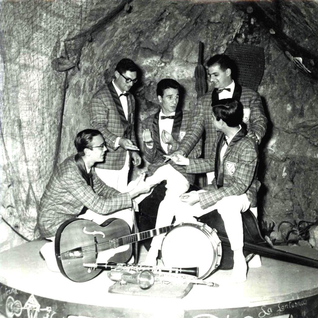 """Filippo, in alto a destra, scherza con la sua band. Foto scattata a """"La Lanterna Verde"""", 1955."""
