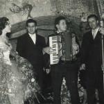 """Filippo, il secondo da sinistra, in compagnia di alcuni giovani musicisti. Foto scattata a """"La Lanterna Verde"""", 1955"""