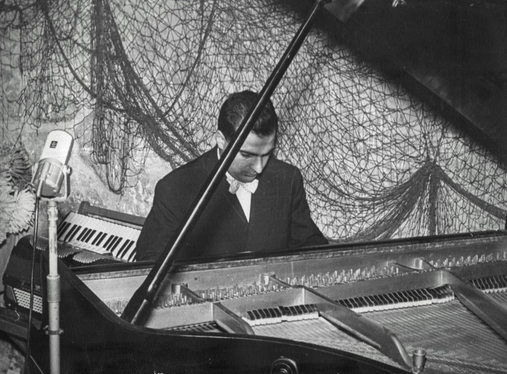"""Filippo al pianoforte. Foto scattata a """"La Lanterna Verde"""", 1955."""