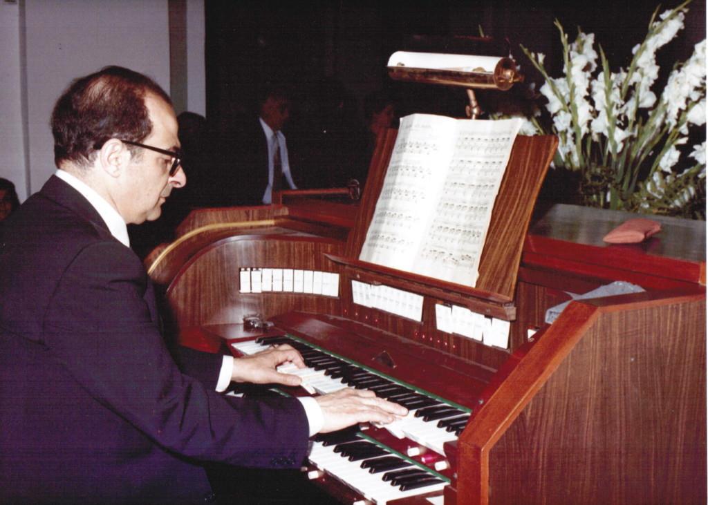 Filippo suona l'organo. Foto scattata nella Chiesa di Santo Stefano di Capri.