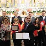 La Corale Libentia Cantus riceve la targa commemorativa da Raffaella Veniero